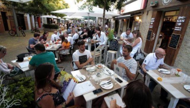 Turistas comiendo en las terrazas de los restaurantes de Santa Catalina.