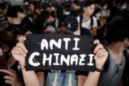 Un manifestante sujeta un cartel de protesta contra el Gobierno chino, en Hong Kong.