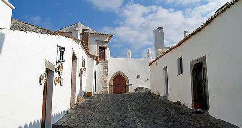Monsaraz se caracteriza por sus casas encaladas.