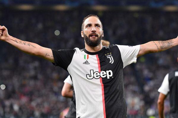Turin (Italy).- Juventus&amp;apos; Gonzalo <HIT>Higuain</HIT> celebrates after...