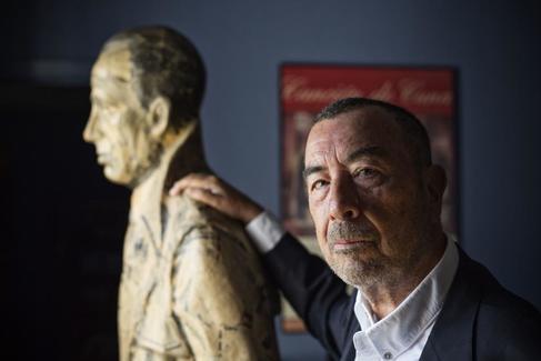 José Luis Garci posa con Humphey Bogart en su estudio de Madrid.