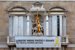 """GRAF8685. BARCELONA.- La <HIT>pancarta</HIT> """"Libertad presos políticos y exiliados"""", a favor de los presos del procès, que cuelga del balcón de la Generalitat de Catalunya, este miércoles, en la hora limite que el Tribunal Superior de Justicia de Cataluña (TSJC), dio al presidente catalán, Quim <HIT>Torra</HIT>, para que la retirase.  Enric Fontcuberta"""