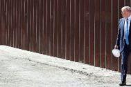 El presidente de Estados Unidos, Donald Trump, visita una sección del muro con México en Otay Mesa (California).