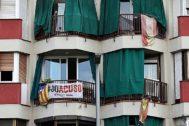Banderas en un edificio en Barcelona.