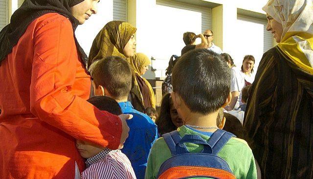 Familias musulmanas acompañan a sus hijos a un colegio de la red pública de enseñanza.