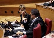 La presidenta navarra, María Chivite, conversa con su vicepresidente, Javier Remírez, en un pleno en el Parlamento.