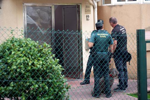 Agentes de la Guardia Civil durante el registro de la vivienda de...