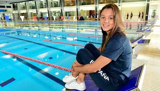 Catalina Corró posa junto a la piscina del Club Natació Sabadell.
