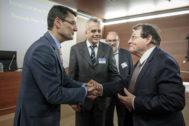 Francisco José Mora, rector de la Universidad Politécnica de Valencia, saluda ayer al investigador Luc Montagnier.