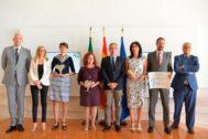 El consejero de Presidencia (en el centro), junto a los premiados.
