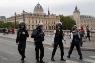 Policía francesa vigila  las calles de París.