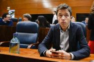 El candidato de Más País a las elecciones, Íñigo Errejón, este jueves en su escaño de diputado en la Asamblea de Madrid