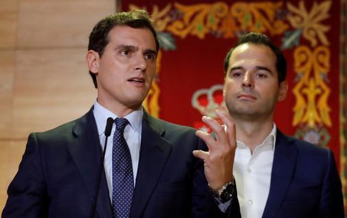 Albert Rivera, líder de Ciudadanos, junto a Ignacio Aguado,...