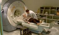 Una paciente se somete a una resonancia magnética en un hospital valenciano.