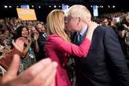 Johnson besa a su novia durante la conferencia