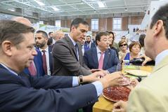 El presidente del Gobierno, Pedro Sánchez, acompañado por el ministro de Agricultura, Pesca y Alimentación, Luis Planas, y el jefe del Ejecutivo extremeño, Guillermo Fernández Vara , entre otros, durante un recorrido por la Feria Internacional Ganadera Zafra ( Badajoz)