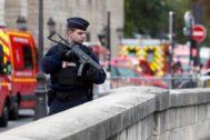 Un policía dentro del perímetro de seguridad establecido en París.