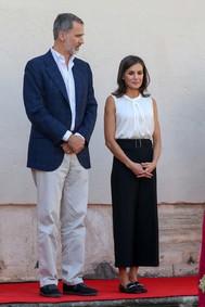 Los Reyes han visitado una las zonas afectadas por las inundaciones el pasado mes de septiembre, Orihuela, en Alicante. Y Letizia ha optado por uno de sus looks más sobrios, con un pantalón palazzo negro y camisa blanca sin mangas de Hugo Boss y mocasines de Uterqüe.