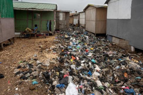 Toneladas de residuos plásticos van comiendo terreno a las chabolas. Los incendios son continuos y son uno de los grandes problemas que afectan a este suburbio.