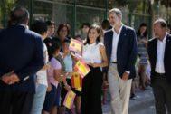 Don Felipe y Doña Letizia visitan el CEIP Nuestra Señora de Monserrate, en la pedanía de Molins, en Orihuela.