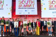 Los ganadores del concurso de startups posan junto a las autoridades en el acto de clausura del South Summit.