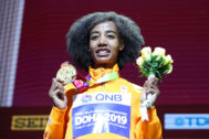 Sifan Hassan, en el podio de los 10.000 metros, el sábado.