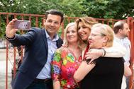 El ex alcalde de Granada, Francisco Cuenca, se hace un 'selfie' con Susana Díaz y otras dos personas.