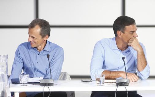 El mininstro de Universidades, Pedro Duque, junto al presidente del...