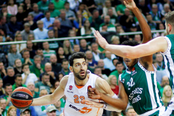Kaunas (Lithuania).- Zach Leday (C) of Zalgiris Kaunas in action...