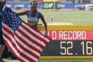 GRAF4738. DOHA (CATAR).- La atleta norteamericana <HIT>Dalilah</HIT> <HIT>Muhammad</HIT> tras ganar la medalla de oro y batir el récord del <HIT>mundo</HIT> de los 400 metros vallas, este viernes, en la final Mundial de Atletismo IAAF Doha 2019, que se disputa en el estadio internacional de Khalifa, en Catar. <HIT>Muhammad</HIT> rebajó en cuatro centésimas su récord mundial para proclamarse campeona del <HIT>mundo</HIT> con un tiempo 52.16 por delante de su gran rival del año, su compatriota Sydney McLaughlin (52.23).