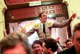 Algunos aficionados sacaron a El Cid a hombros por la puerta de cuadrillas en un hecho insólito en la plaza de toros de Madrid.