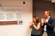 La presidenta del PPde Valencia, Isabel Bonig, junto a Alfonso Alonso tras descubrir la primera placa en  recuerdo de víctimas de ETA.