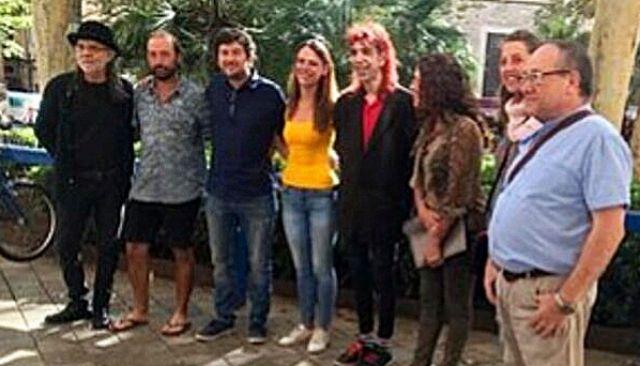 Alberto Jarabo con representantes de los artistas callejeros.