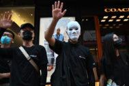 Manifestantes con máscaras durante las protestas en Hong Kong.