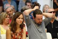 Pablo Iglesias se ajusta la coleta, durante su acto en Madrid.