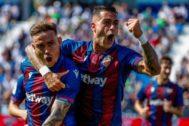 Roger y Sergio León festejan el primer gol del Levante.