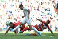 Hazard golpea el balón para marcar el 2-0 ante el Granada.