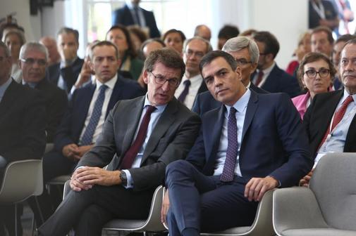 El presidente del Gobierno en funciones, Pedro Sánchez (dcha.), y el...