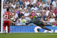 Machis, del Granada, marca de penalti a Areola.