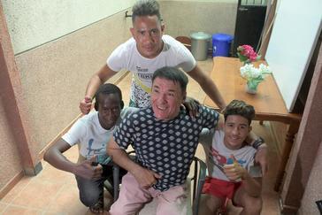Juan Molina, Presidente de la Asociación de Familias solidarias para el desarrollo, posa junto a los jóvenes que viven en su piso de acogida.