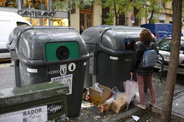 Diez multas al día por orinar en la calle en Madrid