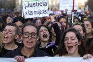 Un grupo de jóvenes protesta por los abusos sexuales a adolescentes, en una manifestación, en Madrid.