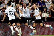 Parejo se besa el escudo del Valencia para celebrar el tanto de penalti que marcó ante el Alavés.