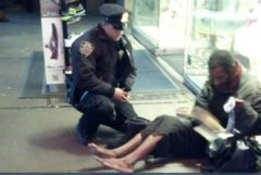 Un policía conversa con un mendigo en Manhattan.