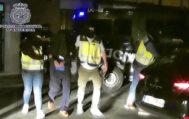 Agentes de la Policía Nacional llevan al presunto yihadista detenido, este sábado, en Parla (Madrid).