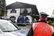 Policía frente a la casa donde se han producido las cinco muertes.