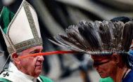 El Papa, junto a un representante de la comunidad indígena amazónica.
