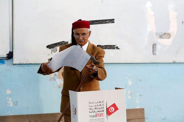 Los jóvenes tunecinos dan la espalda al Parlamento