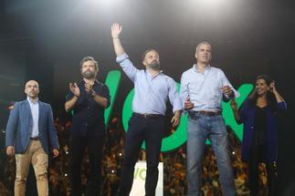 El presidente de Vox, Santiago Abascal (en el centro), junto a Iván Espinosa (segundo, izqda.) y  Javier Ortega Smith.