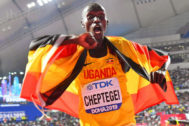 Doha (Qatar).- Joshua <HIT>Cheptegei</HIT> of Uganda celebrates after winning the men's 10,000m final at the IAAF World Athletics Championships 2019 at the Khalifa Stadium in Doha, Qatar, 06 October 2019. (Mundial de Atletismo, 10000 metros, Catar) EPA/